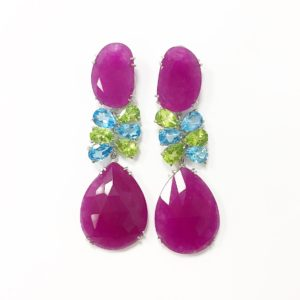 bc1332b96343 Los collares también llevan preciosas piedras naturales en diferentes  tonos  rosa